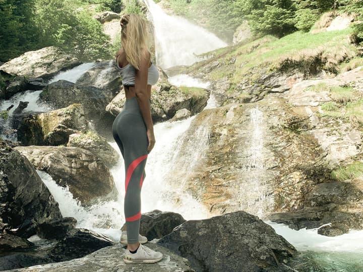 escursione in montagna con leggings begood