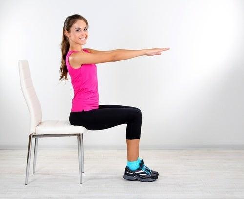 ragazza seduta svolge esercizi per migliorare la circolazione delle gambe