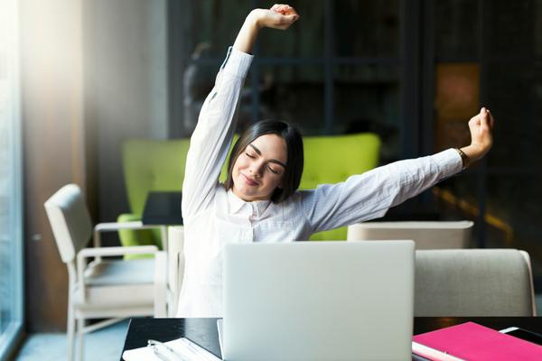 fare stretchint durante il lavoro a casa