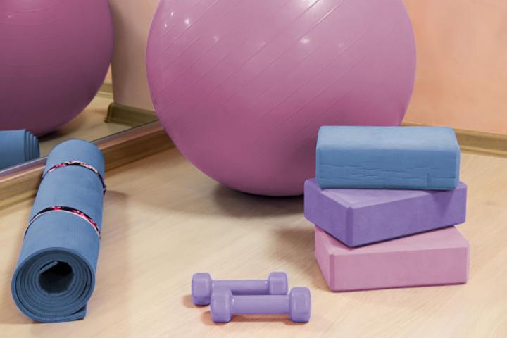 strumenti per lo yoga: tappetino, yoga ball e pesi