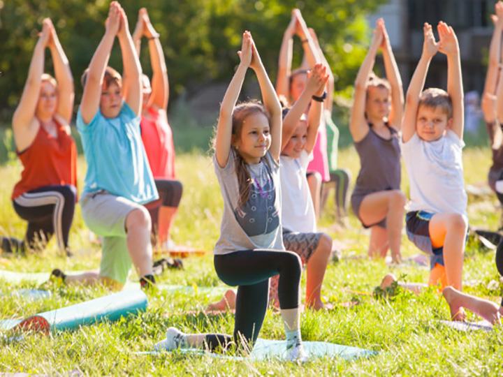 yoga per bambini all'aperto